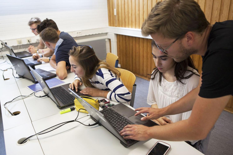 Evaluation-Beispiel-Fragebogen-Feedbackbogen-Online_Edkimo-Feedback-App-Feedbackschule_Schule-Unterricht-Lehrer-Schueler-Computerraum-Tablet-Smartphones